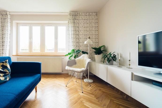 Salon lumineux et accueillant dans une maison