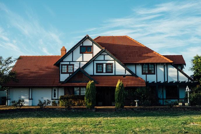 Vue d'une maison avec jardin extérieur