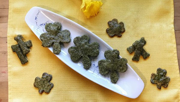 These DIY Shamrock Dog Cookies Freshen Doggy Breath