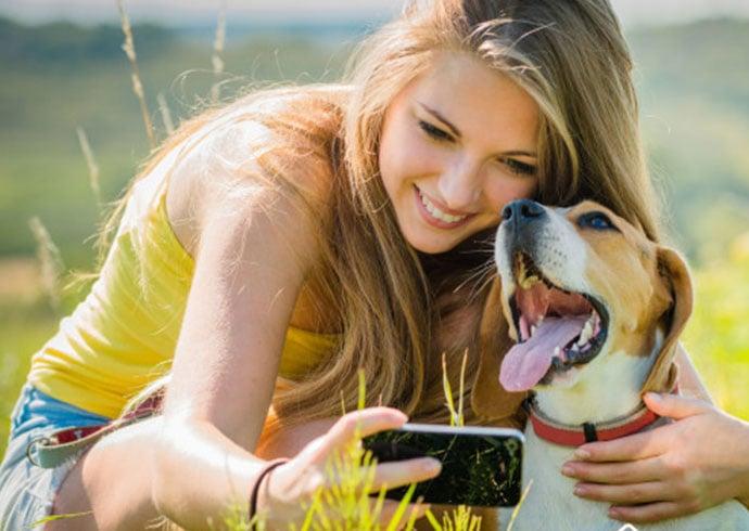 caracteristicas-de-un-buen-cuidador-chica-junto-a-su-beagle-sacando-una-foto