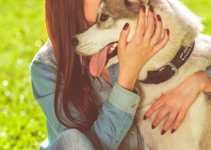 caracteristicas-de-un-buen-cuidador-de-perro-chica-abrazando-a-su-husky-siberiano