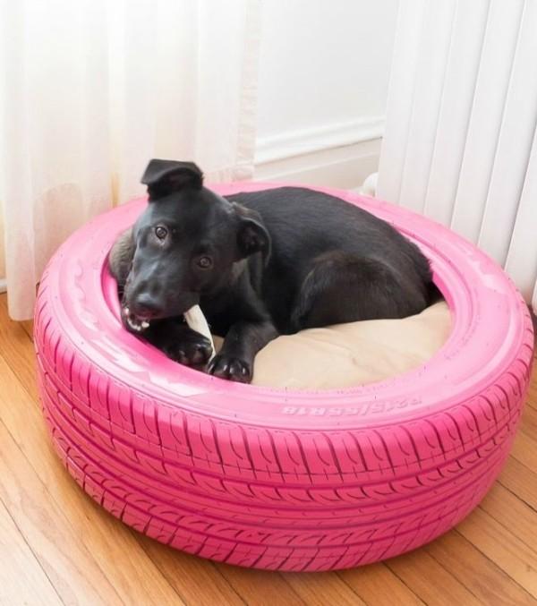lit pour chien fait avec un pneu