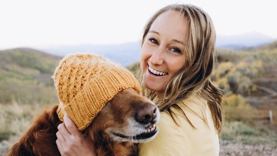 femme qui sourit avec son chien