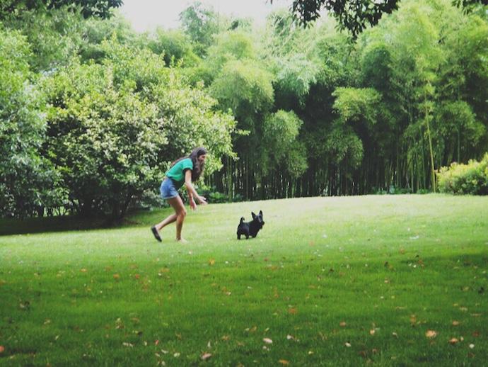 femme et son chien au parc