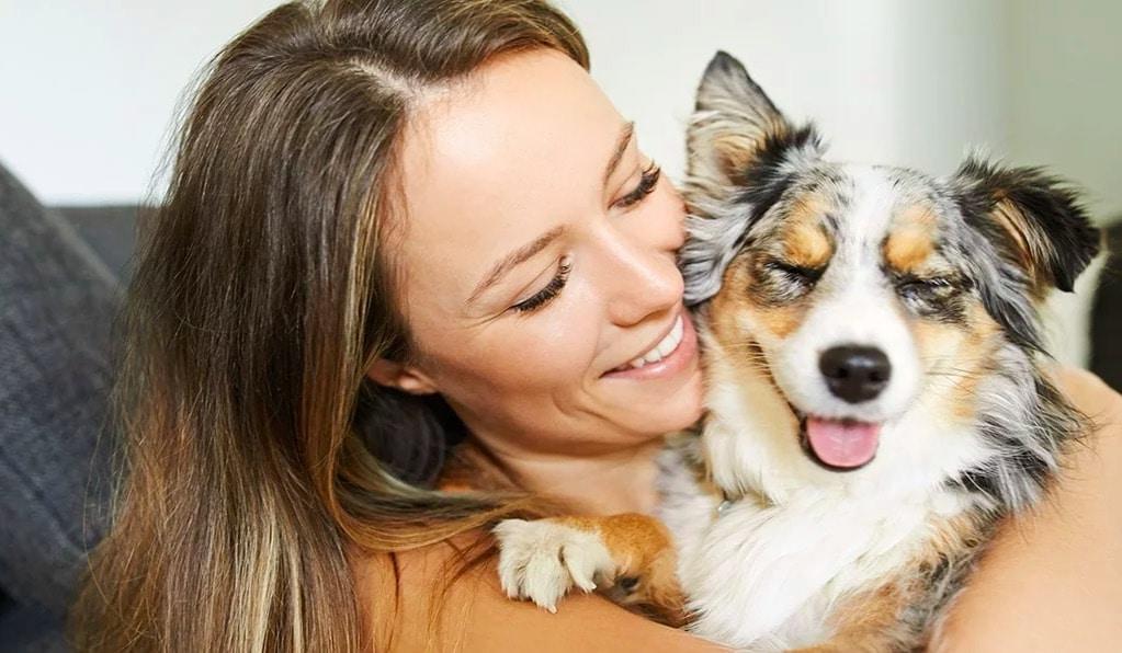 femme qui caline un chien