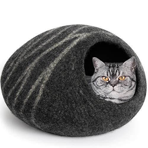 gato en cueva de lana de rayas grises
