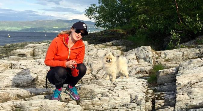Hundeglad jente som bor nær Estenstadmarka, hundepassere i Trondheim