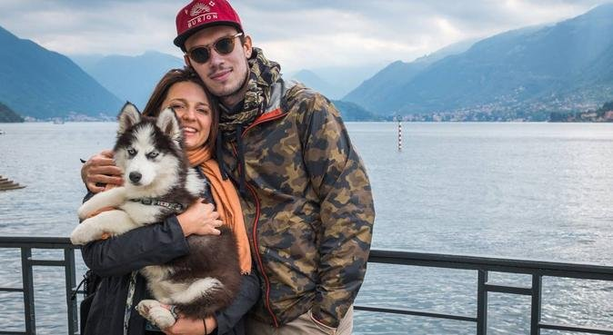 English speaking couple with Siberian Husky puppy, canguro en Turin