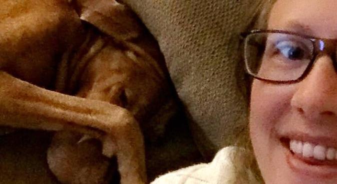 Hundglad tjej erbjuder hundpassning i Göteborg, hundvakt nära Göteborg