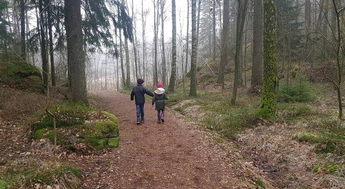 Hundpassning hos barnfamilj nära skog i Kortedala, hundvakt nära Göteborg