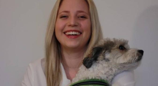Tierliebende Studentin führt aus, Hundesitter in Berlin