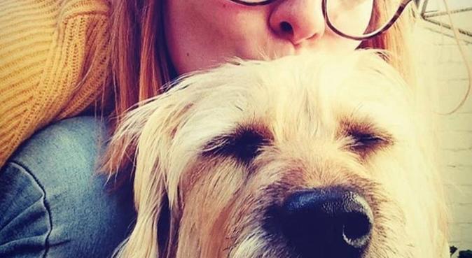 Fille allemande qui adore les chiens, dog sitter à Toulouse