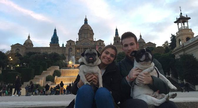 Familia perruna, canguro en Barcelona, España