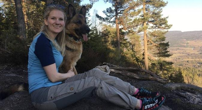 Turglad jente, hundepassere i Jessheim