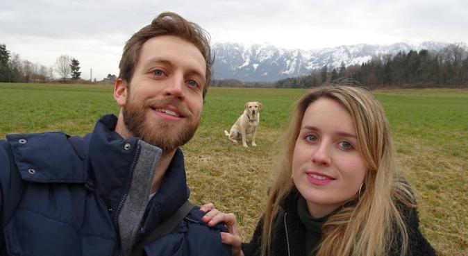 Hundeliebes Pärchen mit Labrador-Hündin Stella, Hundesitter in München